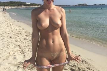 Flagras de novinhas peladas na praia 25