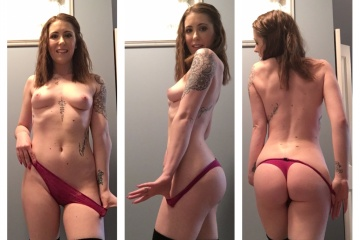 Ruivinha tatuada sensualizando peladinha