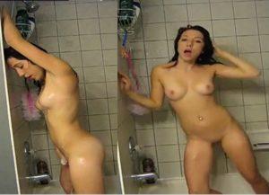 Namoradinha tomando banho pelada