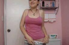 Novinha gringa sem sutiã tirando a camiseta pra mostrar os peitinhos naturais